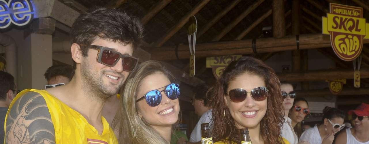 Paloma Bernardi, Flávia e Fernando brindam à festa