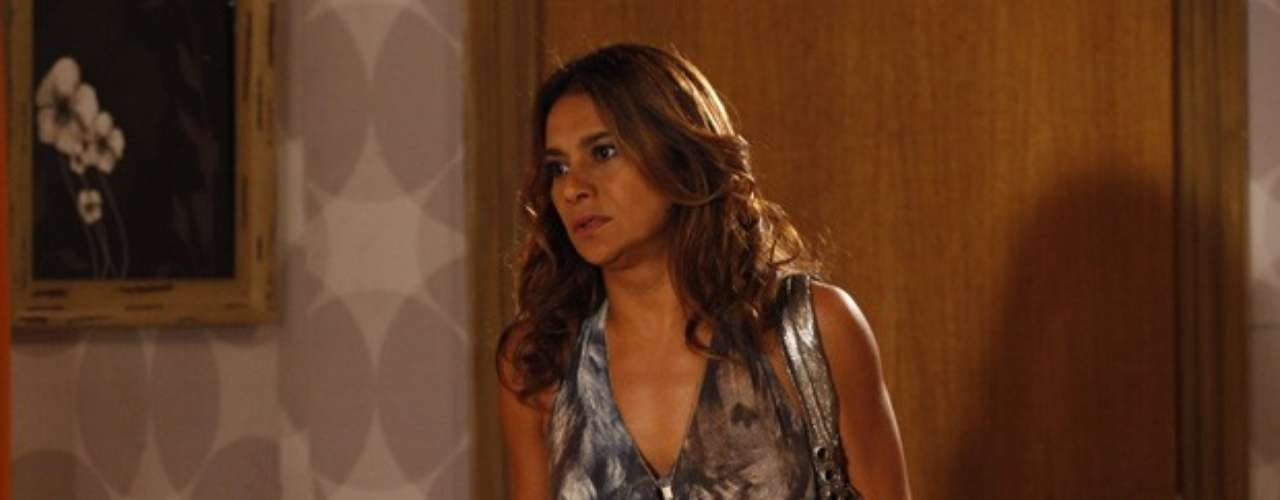 Lucimar (Dira Paes) diz a Helô (Giovanna Antonelli) que desconfia de Lívia (Claudia Raia) no sumiço de Morena (Nanda Costa)