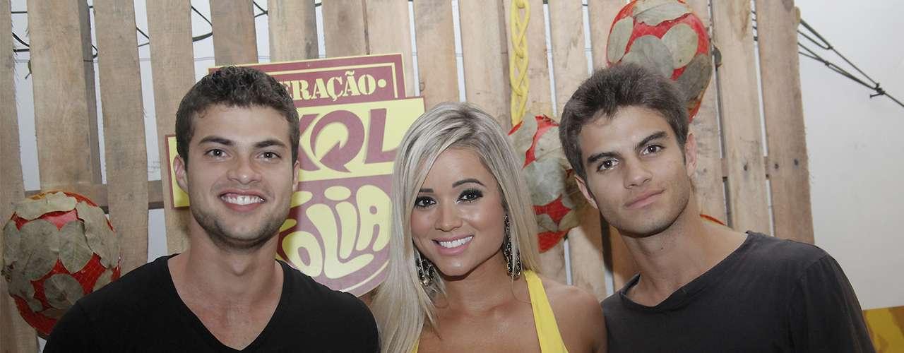 Os galãs da Malhação, Victor Sparapane e Daniel Blanco,aproveitaram para tirar foto com a ex-panicat