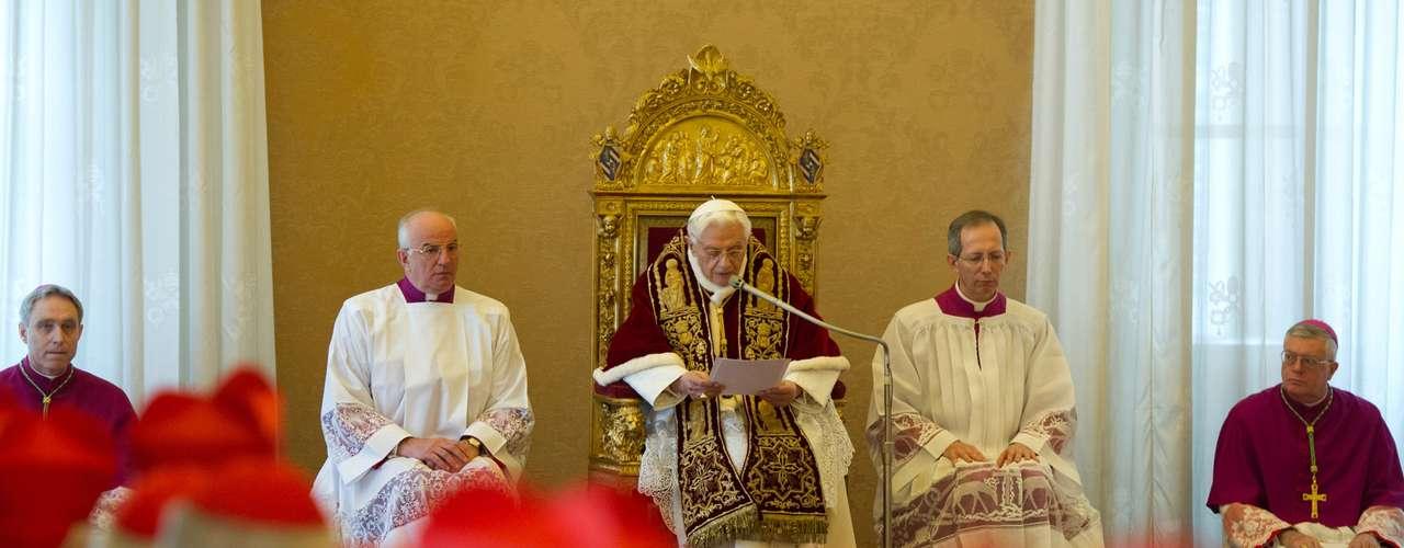 Imagem cedida pelo L'Osservatore Romano, órgão oficial do Vaticano, mostra Bento XVI durante consistório (reunião de cardeais) no Vaticano