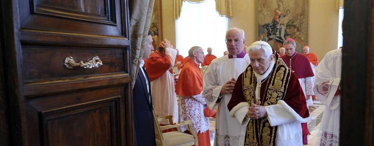 Bento XVI deixa consistório na manhã desta segunda-feira. Ele anunciou hoje a cardeais reunidos no Vaticano que deixará o posto de Sumo Pontífice no próximo dia 28 de fevereiro