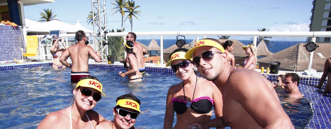 Casais curtiram a pool party de Salvador