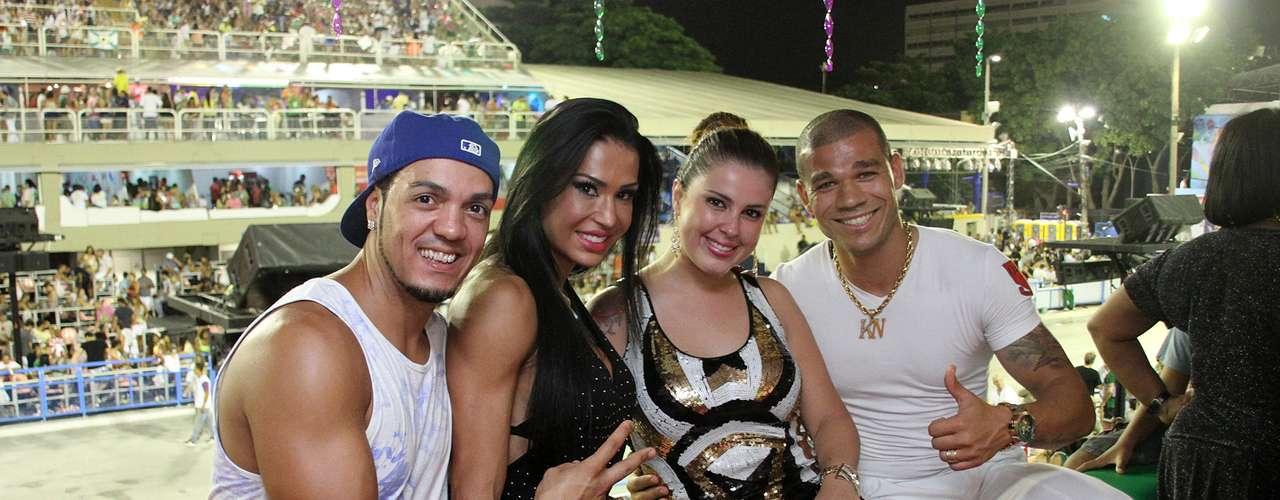Gracyanne Barbosa e Belo receberam o jogador Nilton do Cruzeiro e sua esposa Karin em camarote na Sapucaí