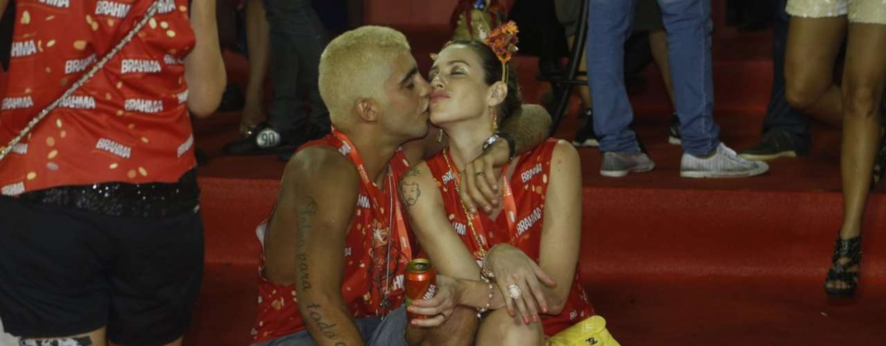 Luana Piovani e o marido, Pedro Scooby, se beijaram enquanto assistiam aos desfiles na Sapucaí
