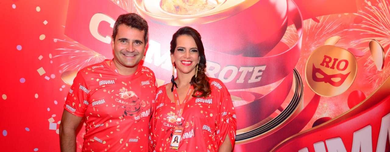 Ao lado de Rodrigo Piovesan, a ex-jogadora de vôleiVirna acompanhou de perto os desfiles de domingo das escolas de samba do Rio
