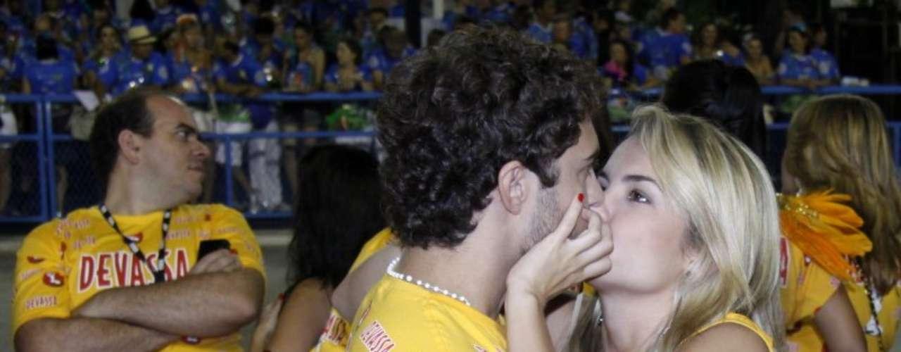 Lua Blanco trocou beijos com Fernando Rocato no camarote Devassa