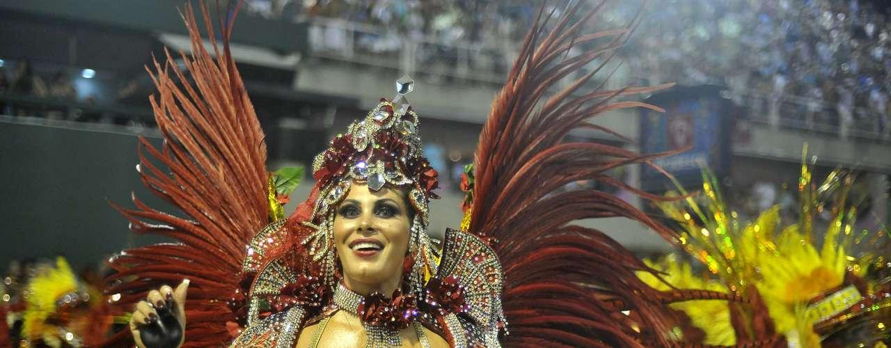 Ângela Bismarchi mostra muita vitalidade e participou dos desfiles da Tom Maior, em São Paulo, e da Mocidade, no Rio de Janeiro