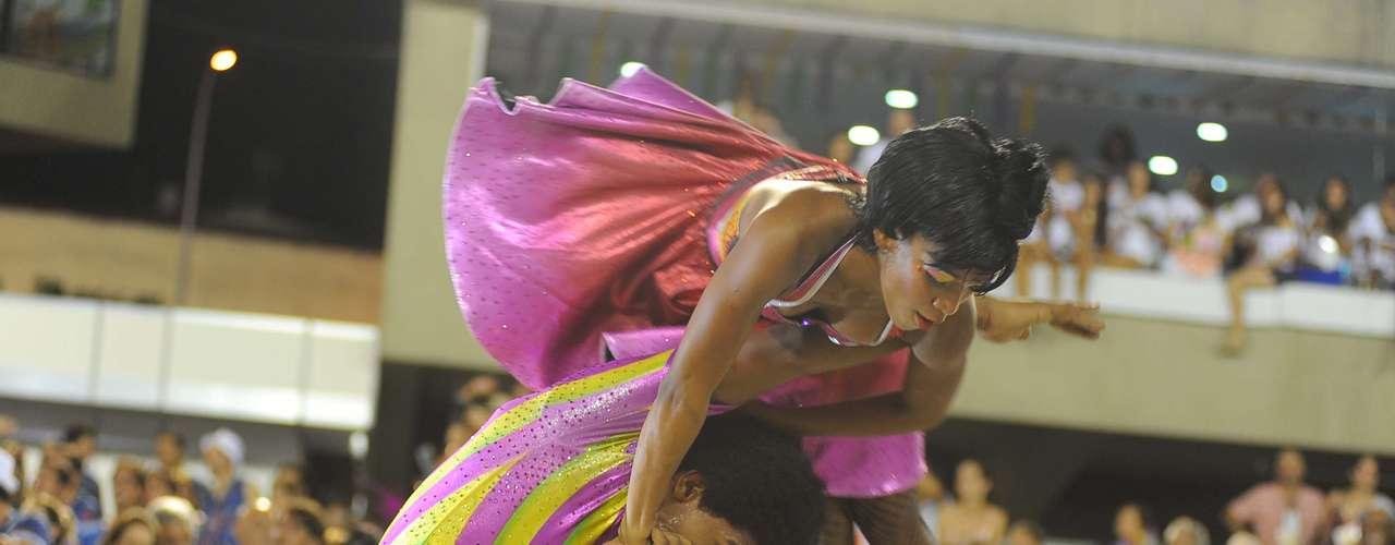O carnavalescoAlexandre Louzada fez do desfile uma linha do tempo entre as edições do festival, além de utilizar bastante as cores escuras