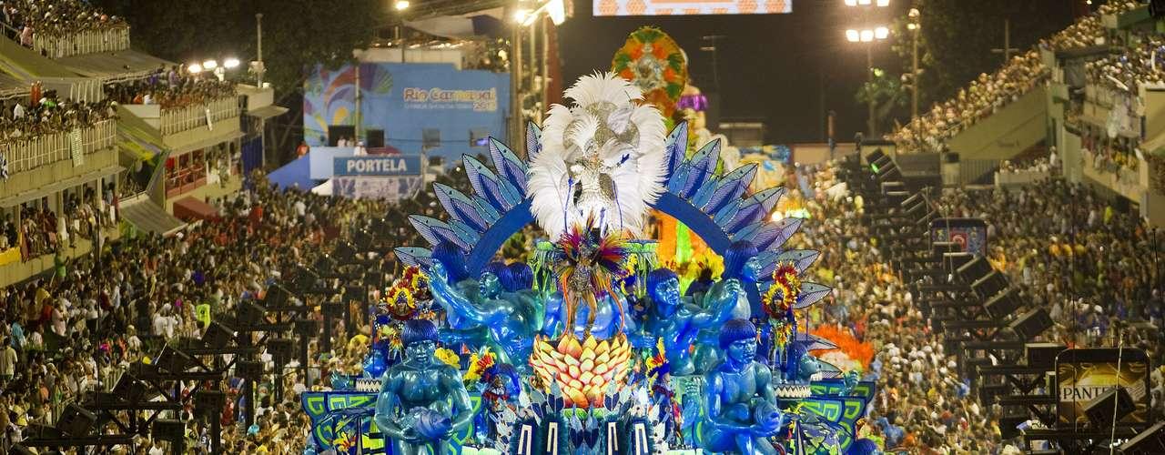 Tradicional Águia da Portela desfilou neste ano com motivos indígenas