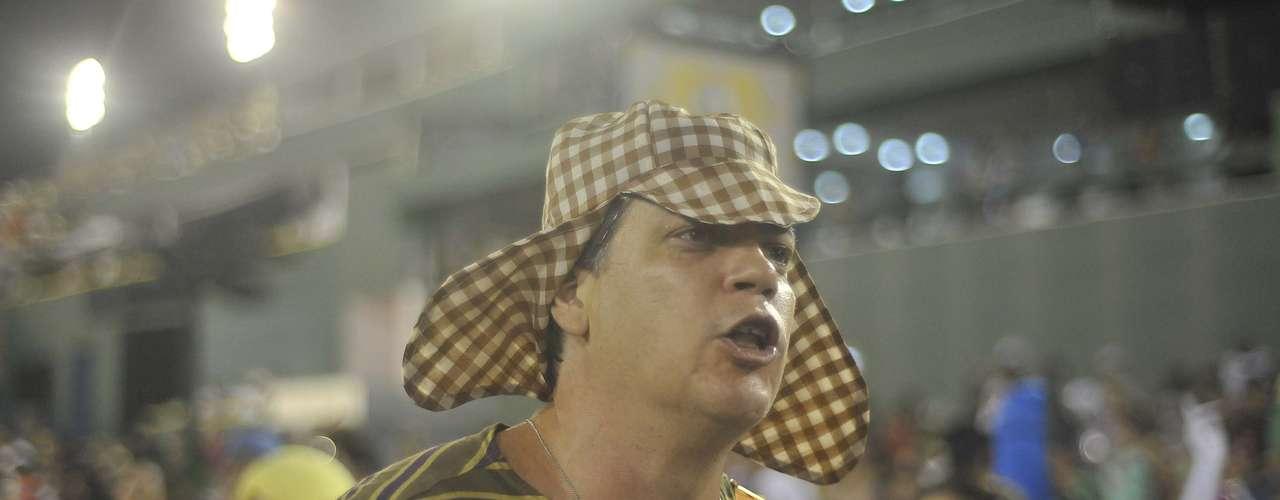 Passista da Portela exibe fantasia de Chaves