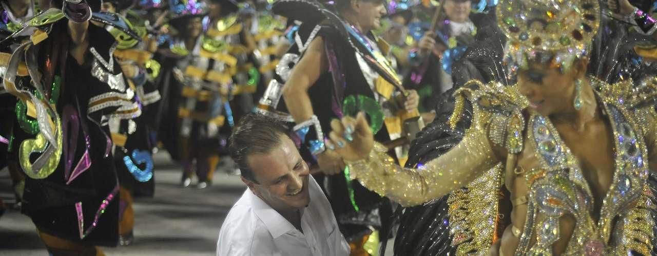 Eduardo Paes, torcedor da Portela, desfila com a escola