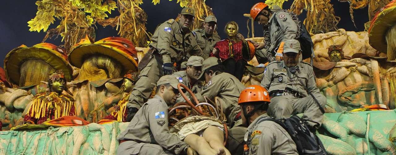 Resgatada, integrante da Tijuca foi retirada do carro durante a apresentação