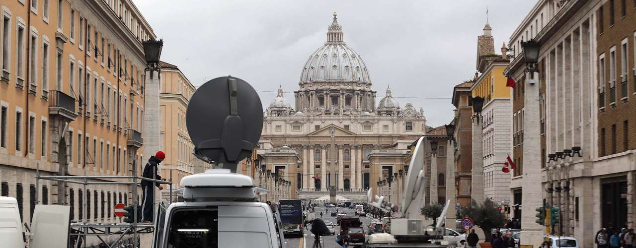 Funcionários de emissoras de televisão se prepararam em frente à Praça São Pedro para a cobertura da renúncia do Papa