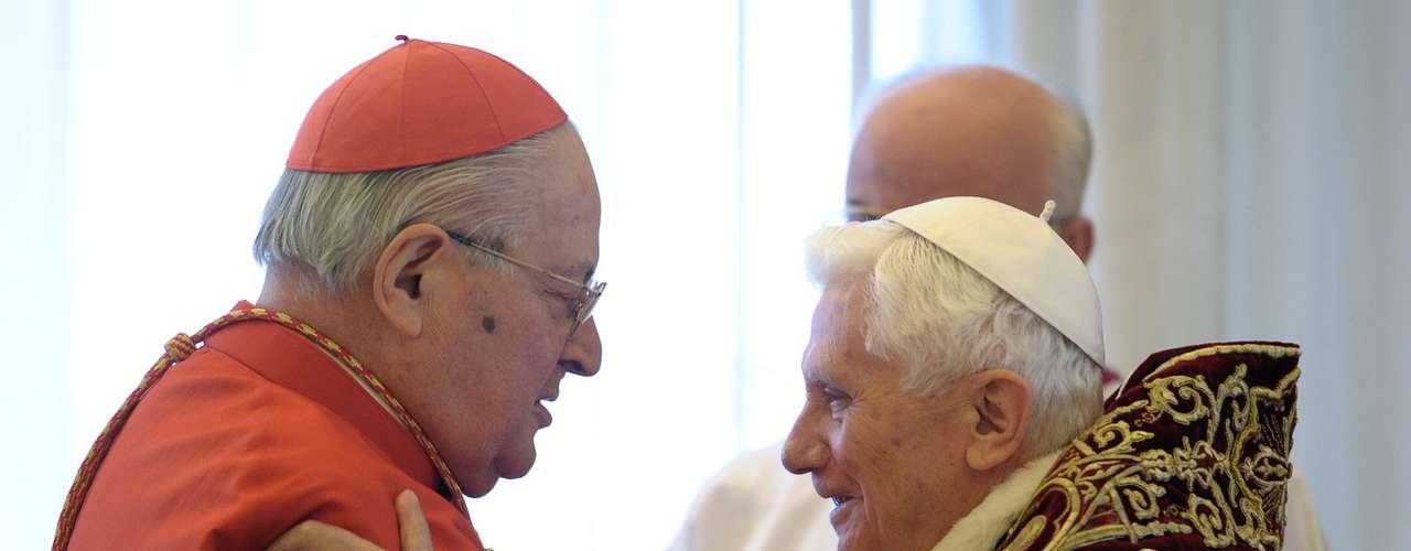 Papa Bento XVI é cumprimentado pelo cardeal Angelo Sodano, decano do colégio de cardiais da Igreja Católica, logo após o anúncio da renúncia neste dia 11 de fevereiro