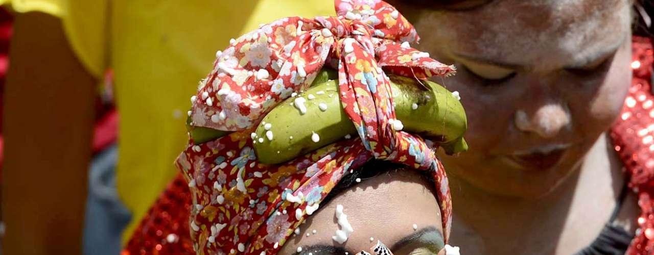 Foliona limpa a espuma de Carnaval durante o bloco do Esfarrapado