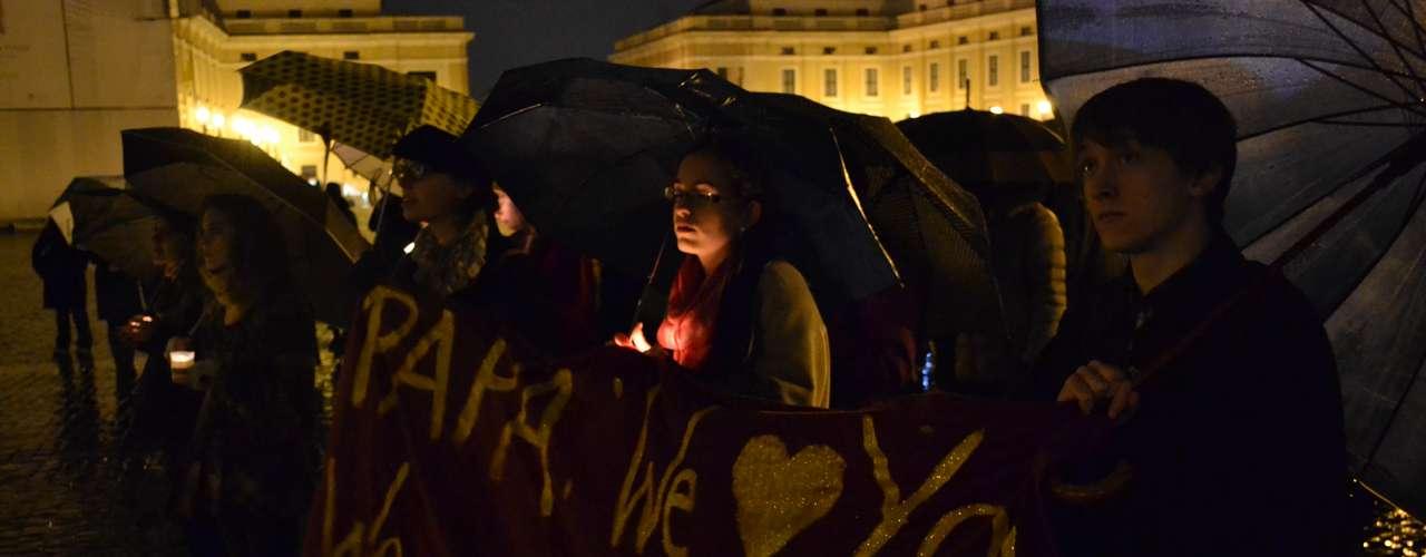 Jovens dão apoio ao Papa na Praça de São Pedro na noite desta segunda-feira, dia do anúncio da renúncia de Joseph Ratzinger