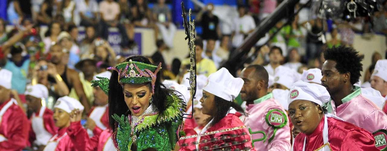 Gracyanne Barbosa sai junto combateria da tradicional escola carioca