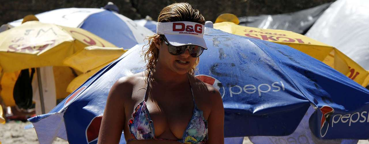Foliões curtem a praia da Barra em Salvador nesta terça-feira (12) antes do início do último dia da folia