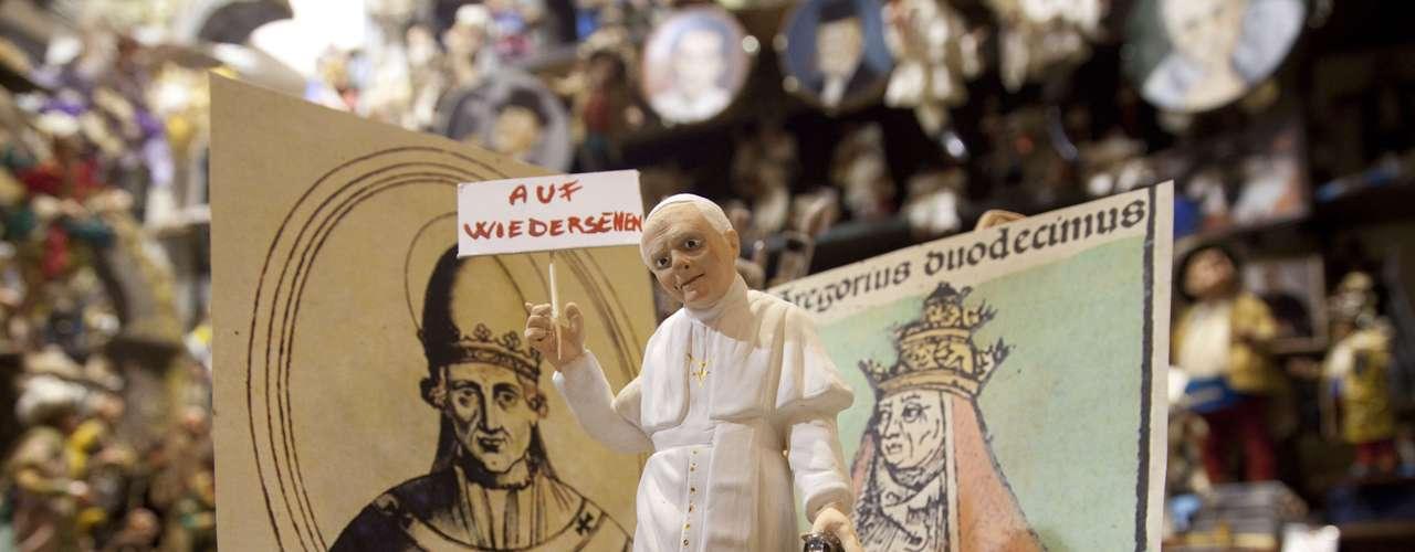 Um boneco que representa o papa Bento XVI foi colocado na vitrine de uma loja de Nápoles, na Itália. A mensagem, em alemão, representa o 'adeus' do papa