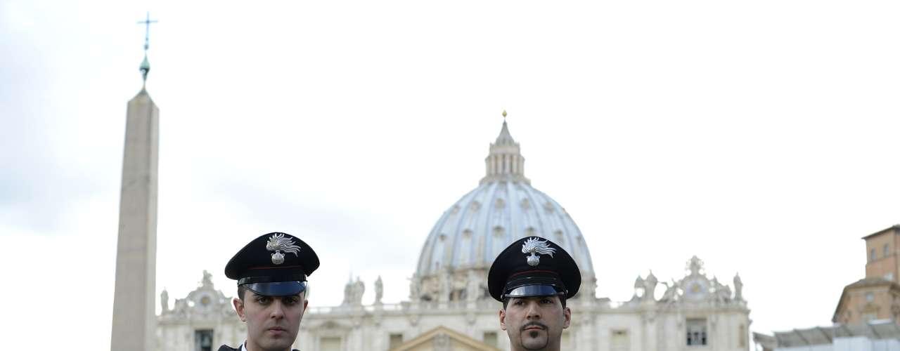 Policiais do Vaticano são vistos em frente à Basílica de São Pedro um dia após a renúncia do Papa