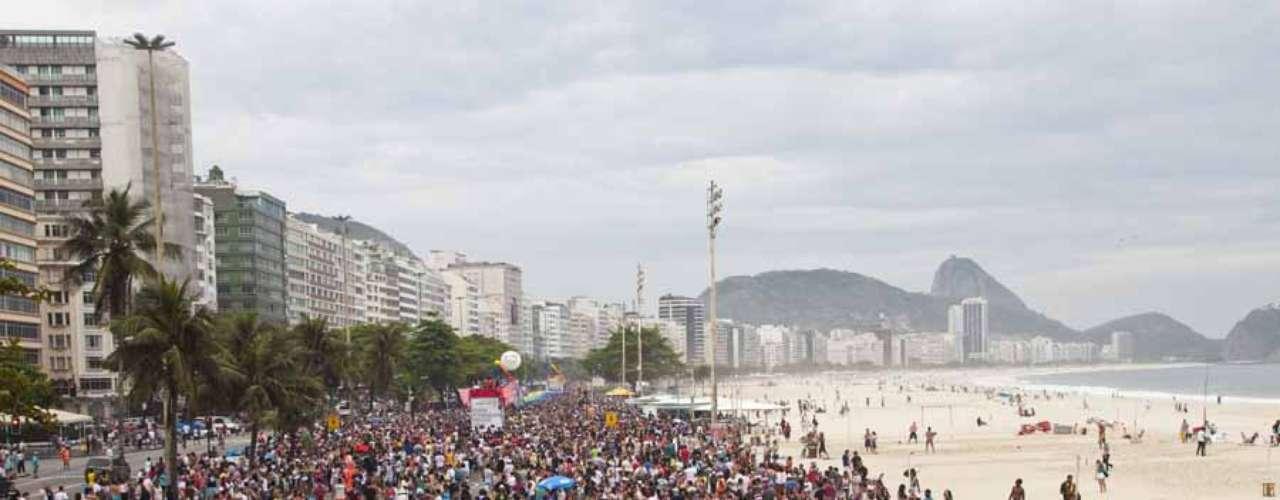 2. Rio de Janeiro, Brasil -Muitos turistas gays do mundo inteiro visitam o Rio de Janeiro para curtir suas belas praias, suas paisagens estonteantese seu ambiente liberal durante o ano inteiro. Especialmente, durante o carnaval. Eleito melhor destino gay em 2009, o Rio conta com um grande número de lojas, cinemas e baladas GLS, além de sediar uma importante parada gay que atrai milhões de pessoas