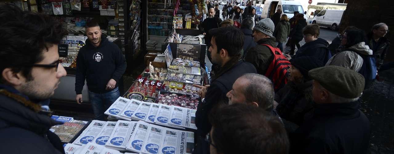 Italianos formaram fila nesta terça-feira para comprar o jornal do Vaticano, que traz os detalhes da renúncia do Papa