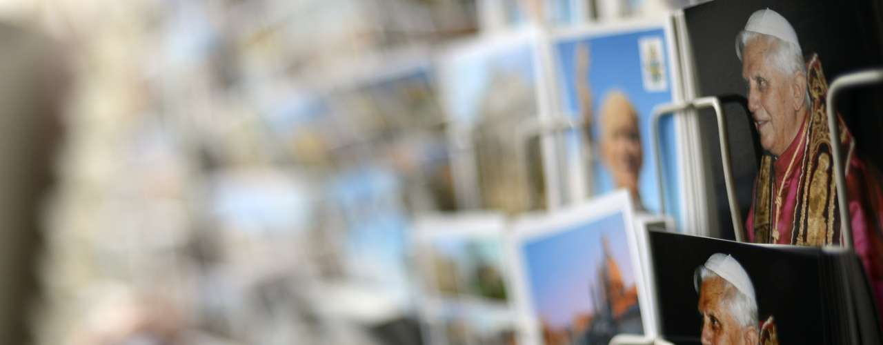 Cartões-postais com a foto do Papa também decoravam as vitrines de lojas no Vaticano