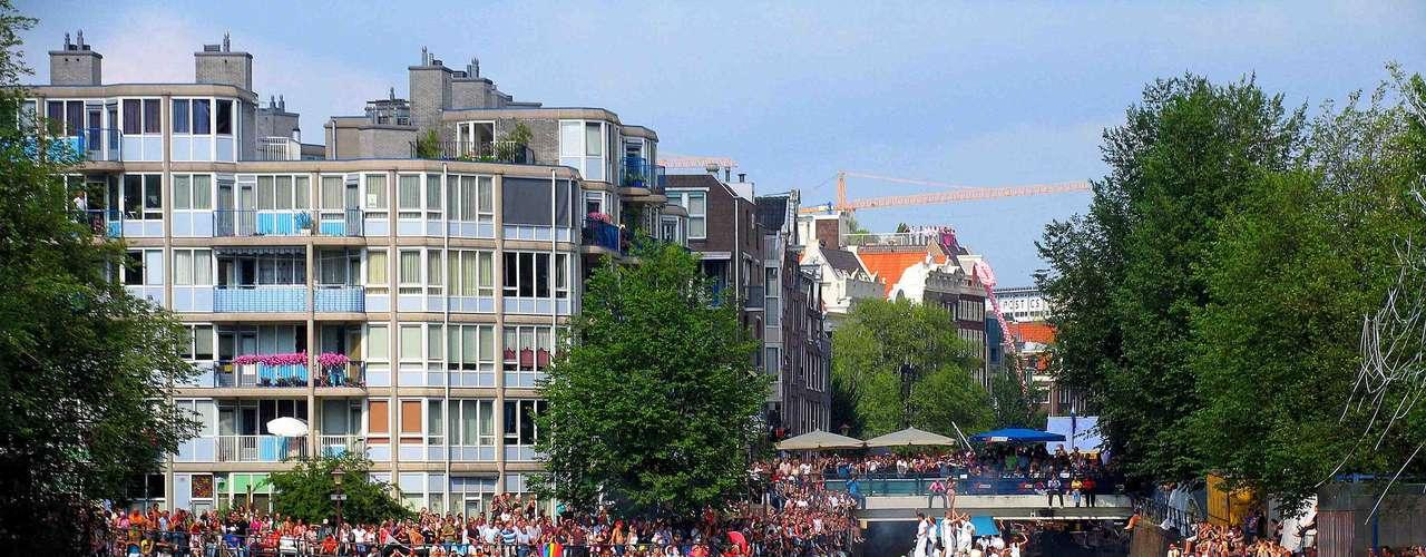 9. Amsterdã, Holanda -Conhecida como a capital gay e lésbica da Europa, Amsterdã é uma cidade que se encontra entre as mais liberais do mundo. A capital holandesa tem mais de 100 bares, baladas, hotéis, livrarias, academias e todo tipo de serviço para o público homossexual. Amsterdã recebe também a única parada gay a ser realizada sobre a água, nos canais da cidade