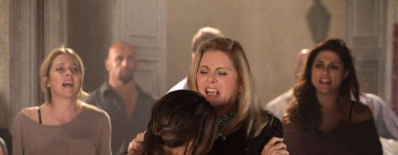 Russo (Adriano Garib) conta para Lívia (Claudia Raia) que uma das garotas traficadas está grávida. Sem hesitar, a vilã decreta com frieza a sorte do bebê: \