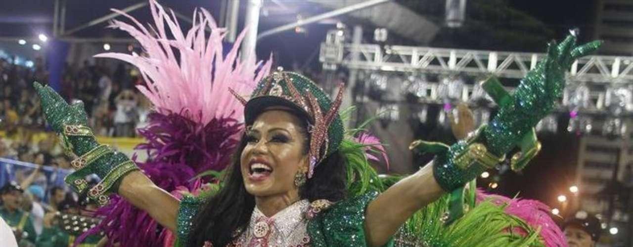 Rainha de bateria Gracyanne Barbosa durante desfile da Mangueira na Marquês de Sapucaí