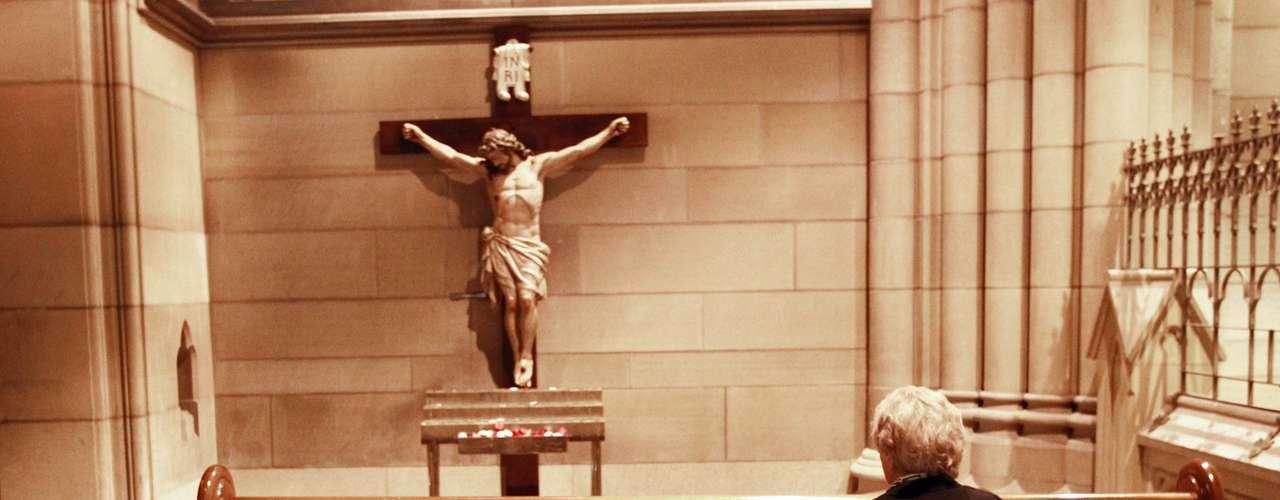Devota reza na catedral de Sydney, na Austrália, no dia seguinte ao anúncio feito por Bento XVI de que renunciaria ao cargo. Católicos do mundo inteiro ainda absorvem a ideia de que o Papa vai abdicar do título, a primeira vez que isso acontece em seis séculos