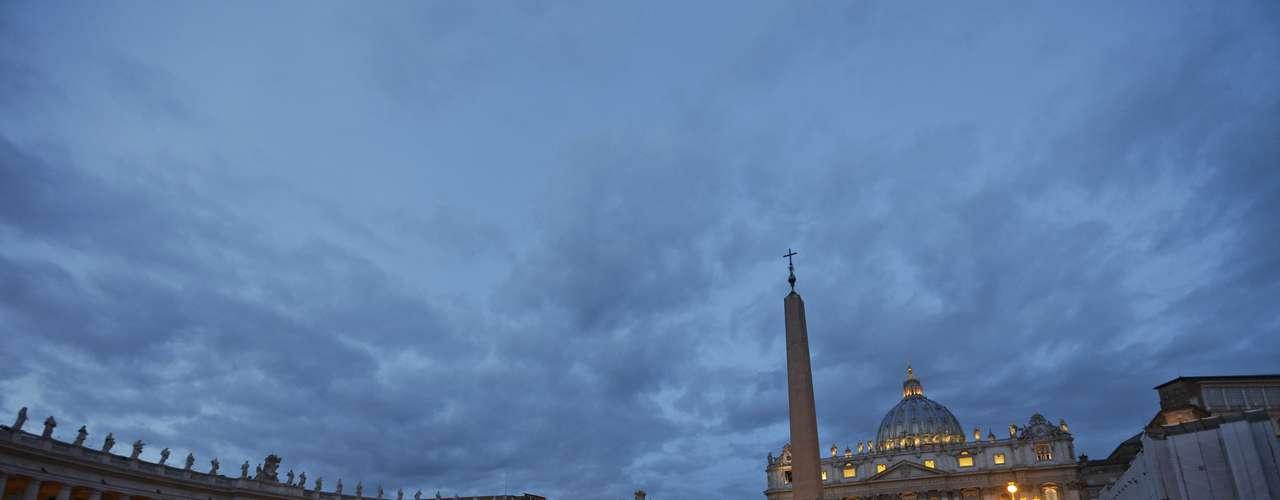 Freiras caminham na Praça de São Pedro, no Vaticano, na manhã desta terça