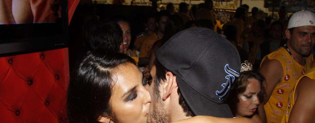 O ator Bruno Gissoni beija a atriz Yanna Lavigne, de 'Salve Jorge'