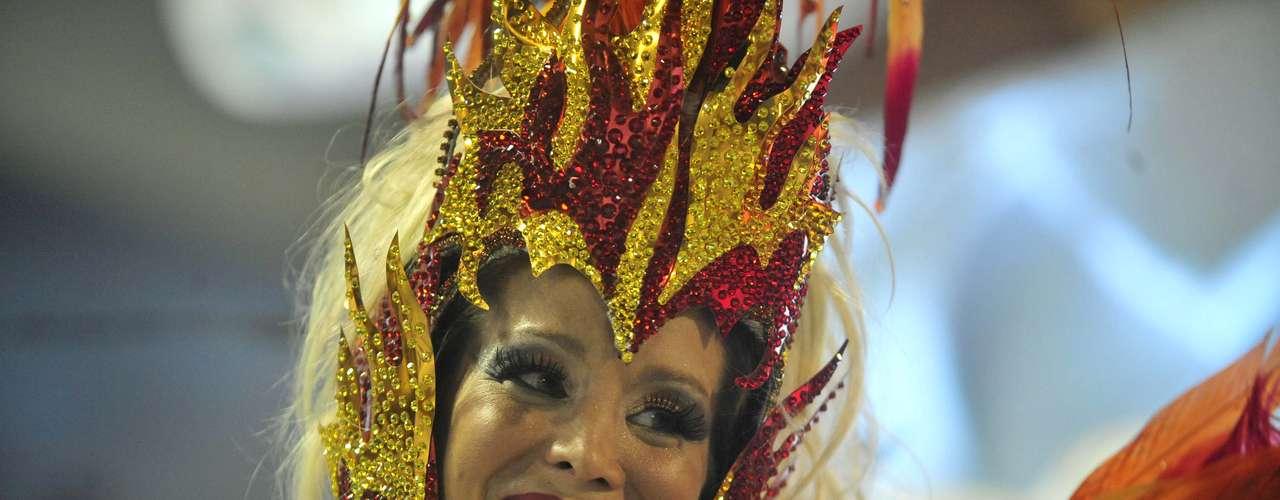 A atriz Danielle Winitsno desfile da Grande Rio