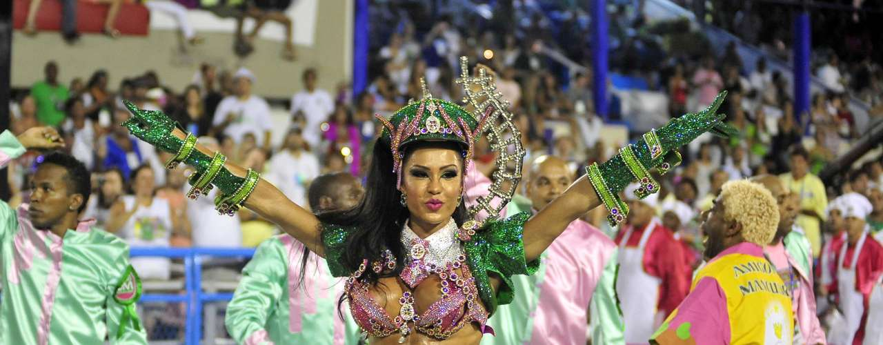 Gracyanne Barbosa desfilou como rainha de bateria da Estação Primeira de Mangueira