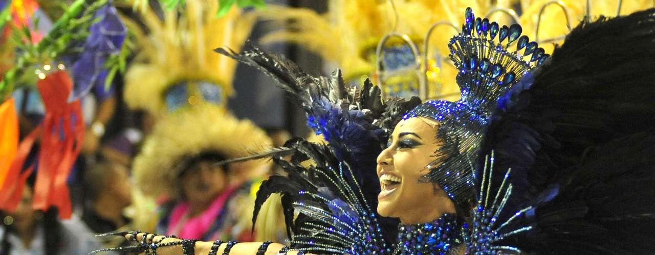 Fechando o Carnaval de 2013 do Rio de Janeiro, a Vila Isabel entrou na Sapucaí às 04h40 de terça-feira com um samba-enredo que homenageou o interior do Brasil