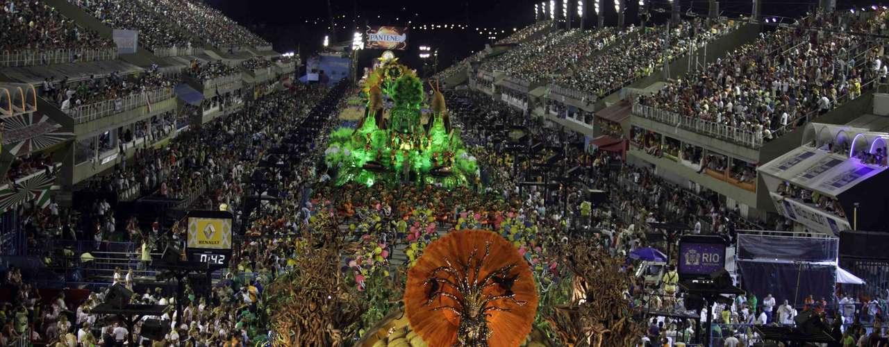 Outra alegoria que chamou a atenção durante o desfile da agremiação. Um enorme Tatu-bola, de 15 m de comprimento, alertava para o desequilíbrio ambiental no carro 'Homem e animais na luta contra a fome'