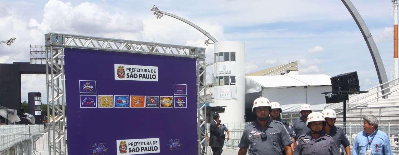 Desde o início da tarde, a PM realiza uma varredura no sambódromo para localizar possíveis bombas, artefatos explosivos e materiais que possam ser usados para violência