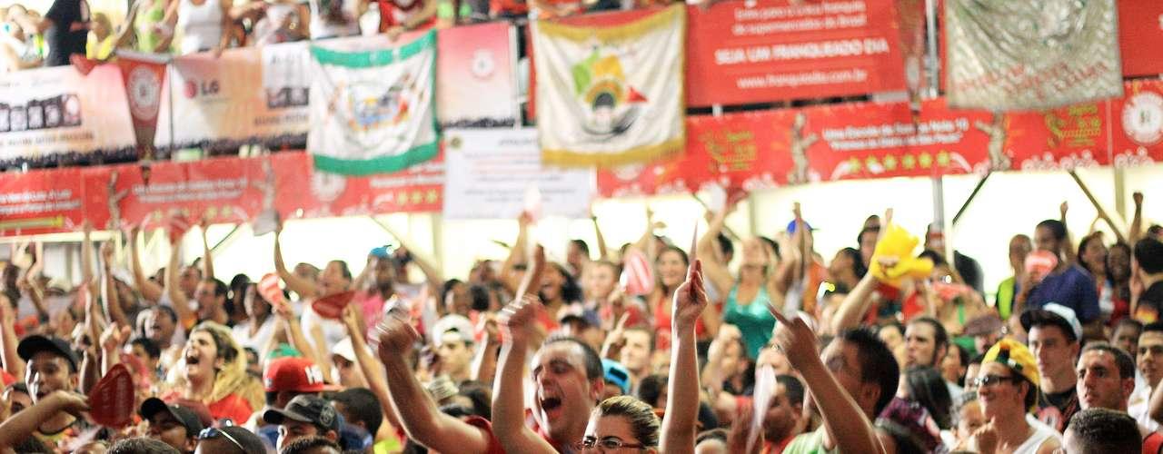 Na quadra da Mocidade, integrantes da escola comemoram o bicampeonato