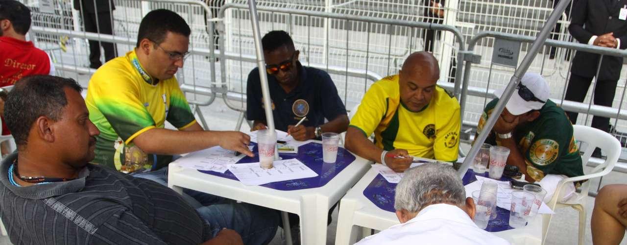 Membros da Peruche acompanham a apuração das notas no Anhembi