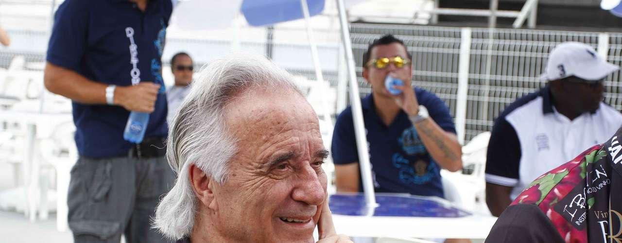 Maestro João Carlos Martins, que participou da bateria da Vai-Vai este ano, acompanha a apuração