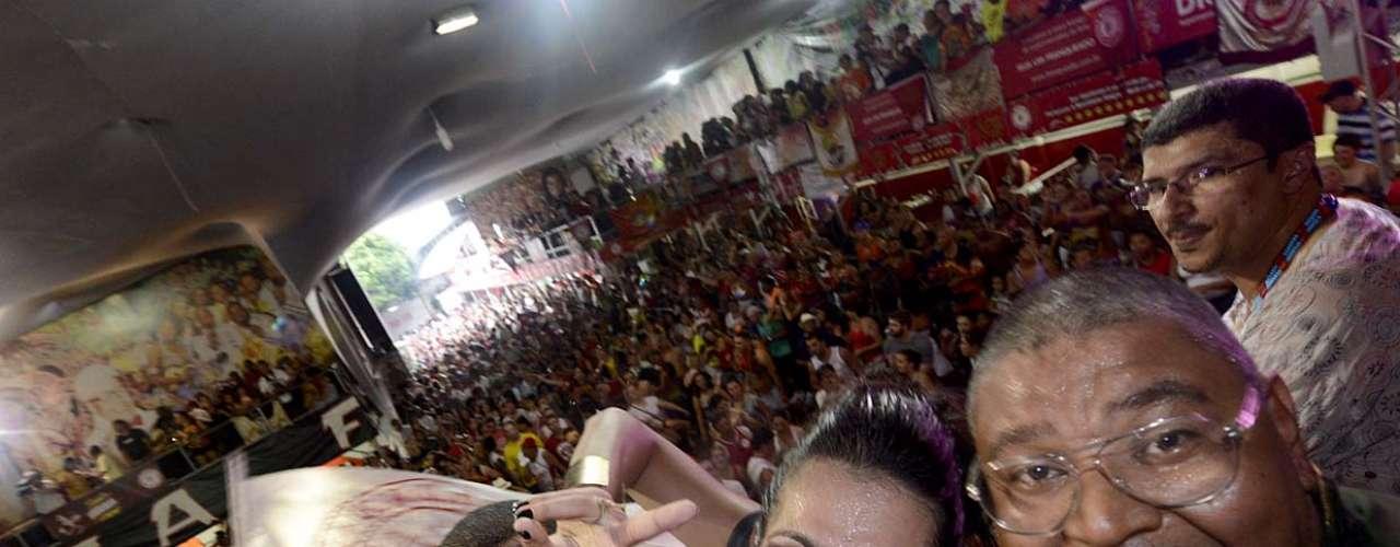 Aline Oliveira, a rainha de bateria da Mocidade, comemora com os torcedores