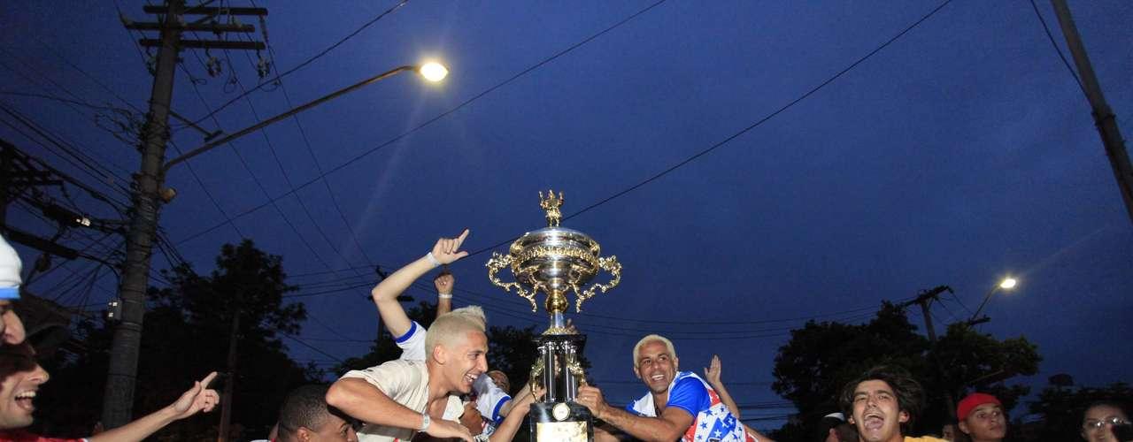 Integrantes da Pérola Negra, campeão do grupo de acesso do Carnaval paulista, levaram o troféu para as ruas