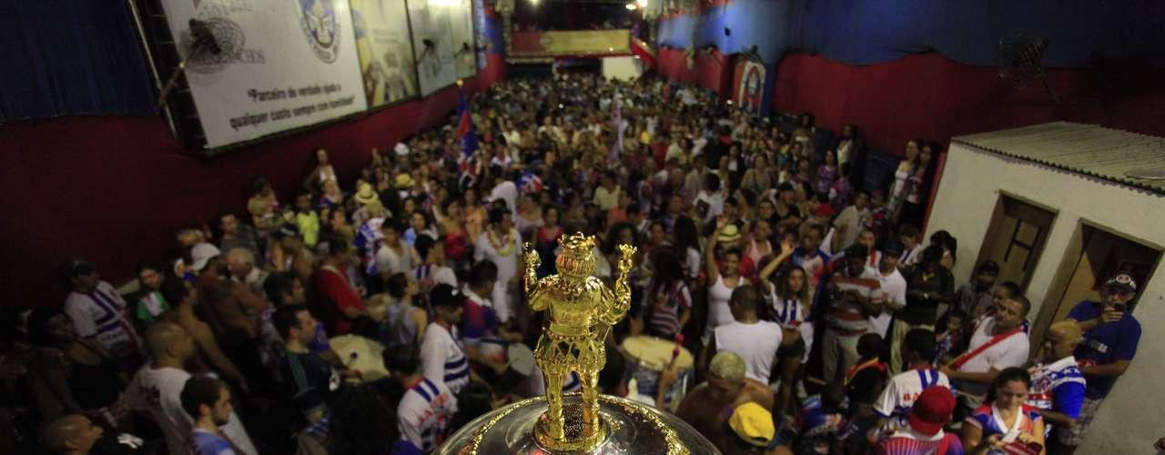 O troféu foi exposto na quadra da escola em São Paulo