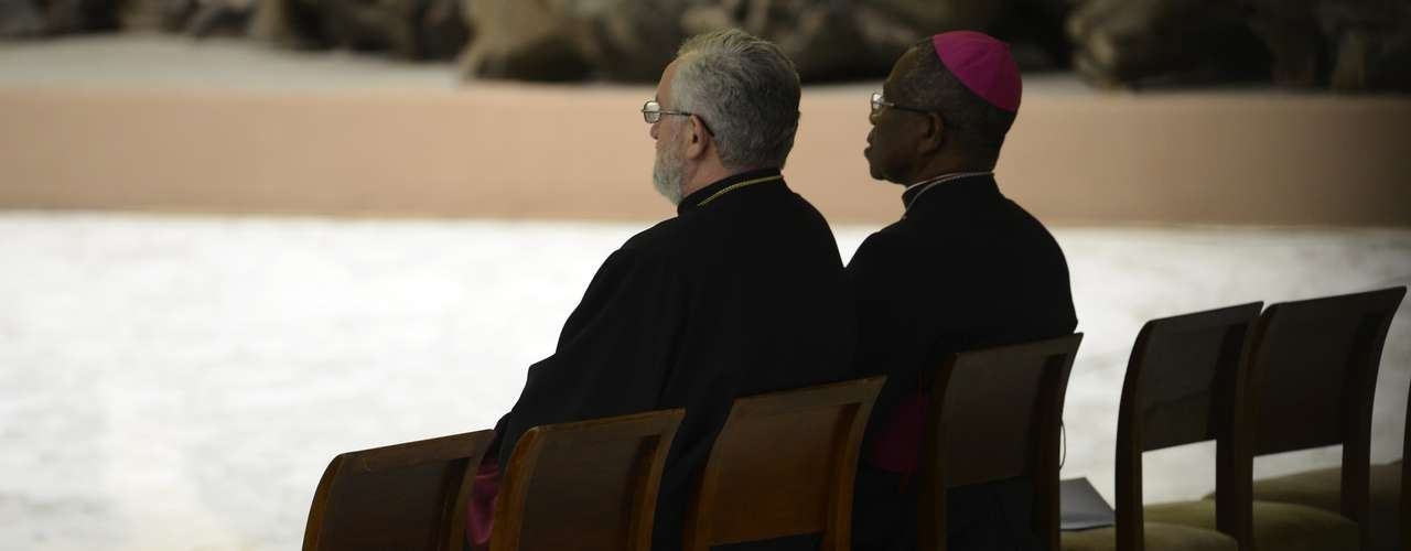 Religiosos membros do Vaticano esperam a chegada do Papa para a audiência