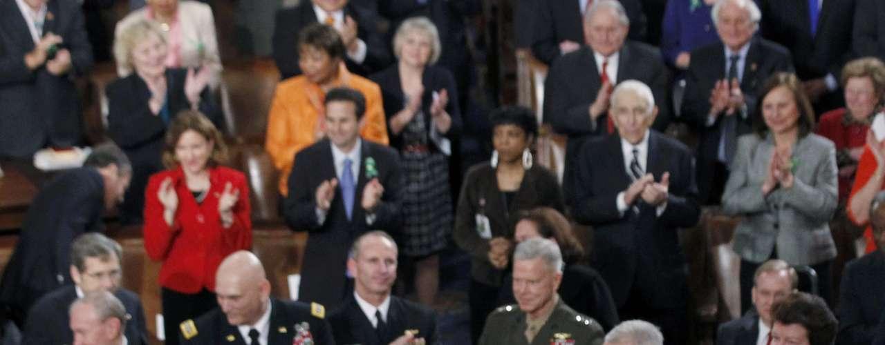 Presidente americano saúda os presentes no Congresso para acompanhar o seu discurso