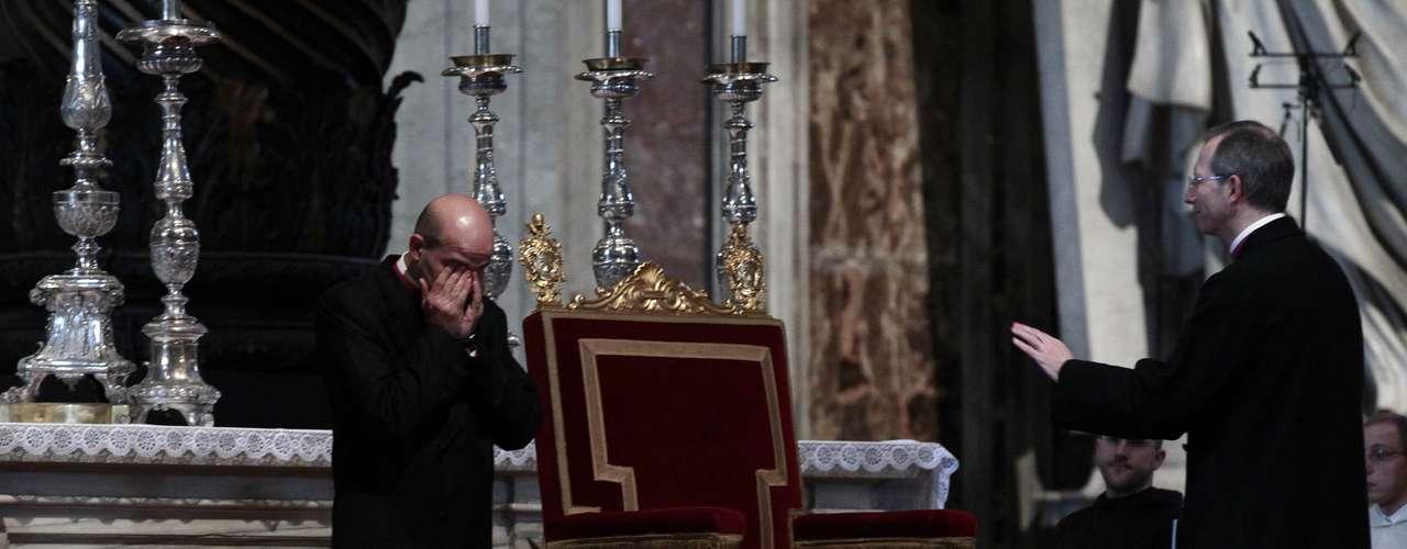 A cadeira do Papa é preparada para recebê-lo na missa desta quarta-feira