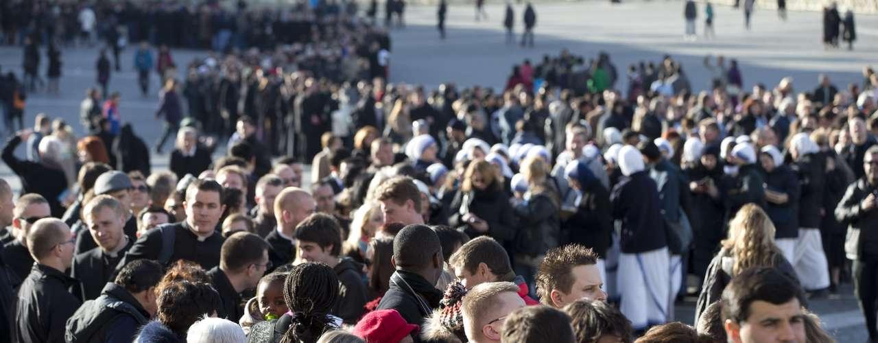 Multidão cerca as imediações da Basílica de São Pedro instantes antes da missa que será celebrada por Bento XVI