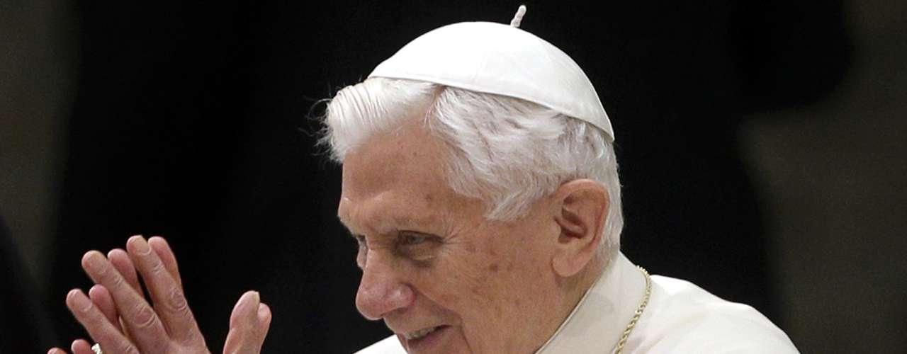 Papa Bento XVI agradece os fiéis reunidos na sala Paulo VI. Ele disse que está renunciando pelo \