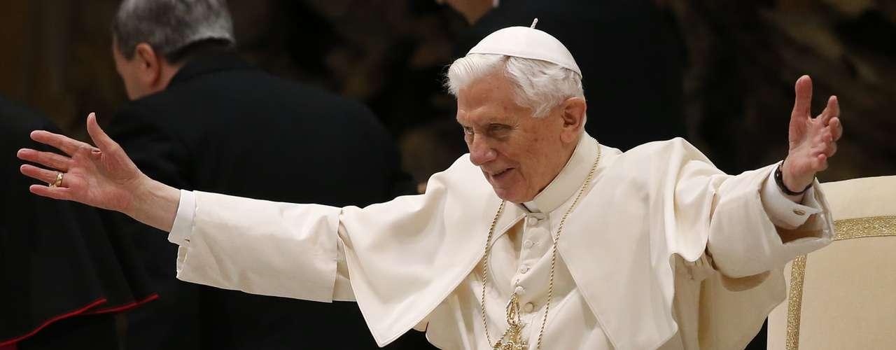 O papa Bento XVI recebe o carinho dos fiéis durante audiência pública desta quarta-feira na sala Paulo VI, no Vaticano. Ele se encontrou com o público pela primeira vez após anunciar sua renúncia e voltou a dizer que perderas as forças necessárias para realizar suas funções